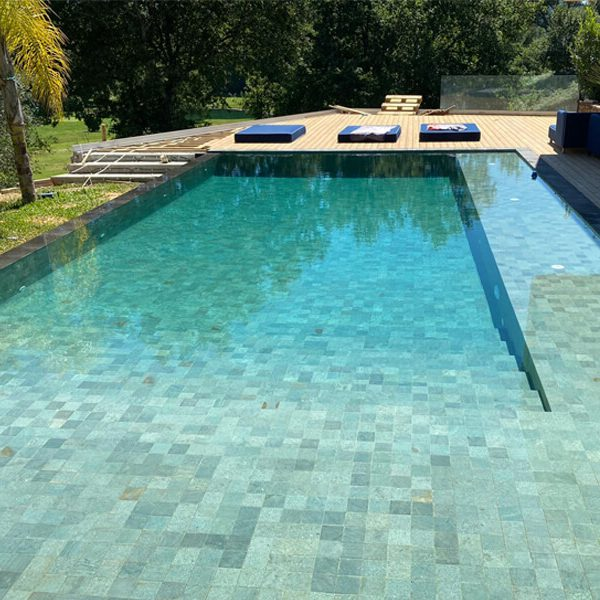 Pierre de Bali pour vos piscines : focus sur le Green Sukabumi